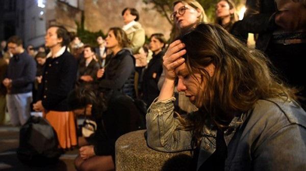 Nhà thờ Đức Bà đổ sập: Giọt nước mắt suy sụp của người dân và hành động đầu tiên của Tổng thống Pháp-11