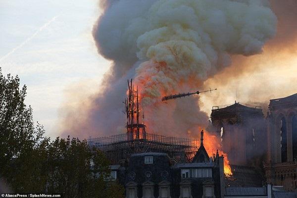 Nhà thờ Đức Bà đổ sập: Giọt nước mắt suy sụp của người dân và hành động đầu tiên của Tổng thống Pháp-2