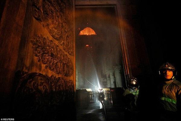 Nhà thờ Đức Bà đổ sập: Giọt nước mắt suy sụp của người dân và hành động đầu tiên của Tổng thống Pháp-3