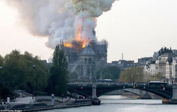 Nhà thờ Đức Bà đổ sập: Giọt nước mắt suy sụp của người dân và hành động đầu tiên của Tổng thống Pháp-4