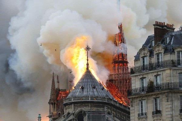 Nhà thờ Đức Bà đổ sập: Giọt nước mắt suy sụp của người dân và hành động đầu tiên của Tổng thống Pháp-5