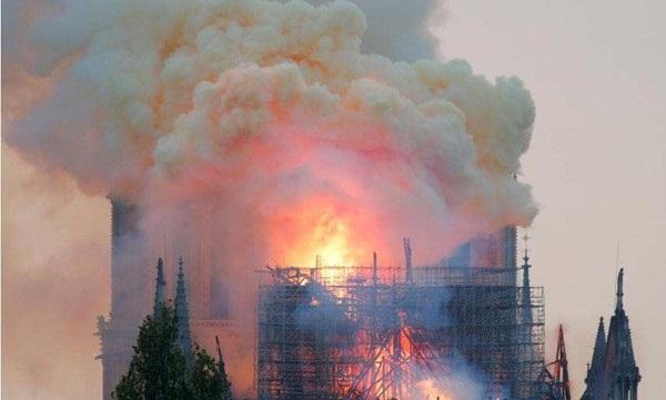 Nhà thờ Đức Bà đổ sập: Giọt nước mắt suy sụp của người dân và hành động đầu tiên của Tổng thống Pháp-8