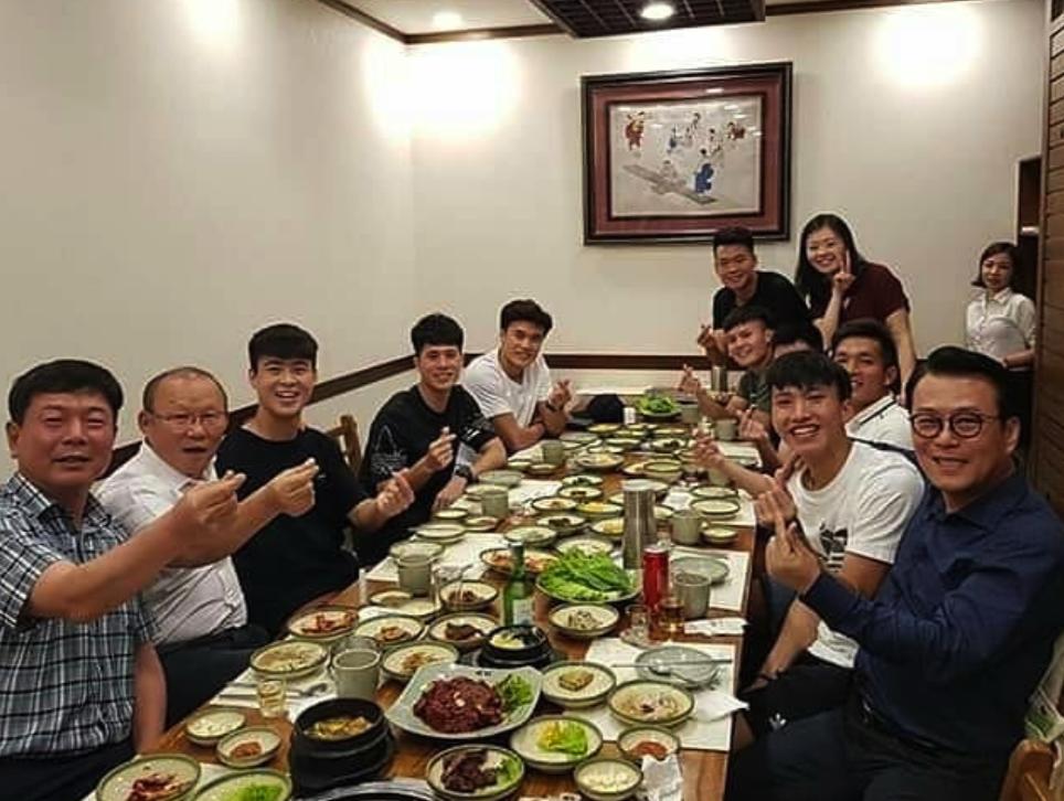 Đình Trọng, Quang Hải thả tym cực đáng yêu khi đi ăn tối cùng HLV Park Hang Seo-1
