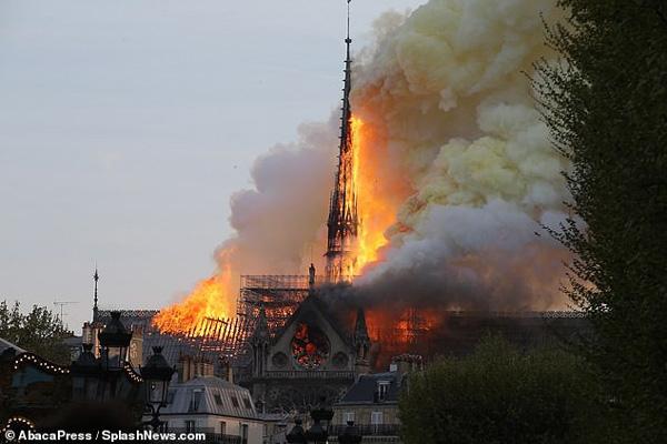 Hé lộ lí do thực sự khiến Nhà thờ Đức Bà Paris chìm trong khói lửa và phải mất nhiều giờ mới có thể dập tắt được đám cháy-1