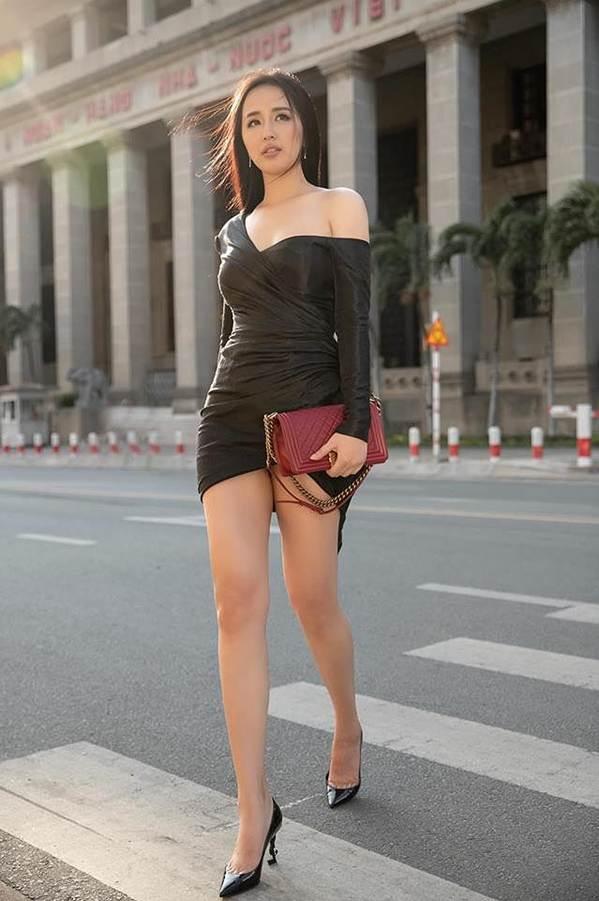 Mai Phương Thuý khoe chân dài miên man trên phố khiến fans ngây ngất-2