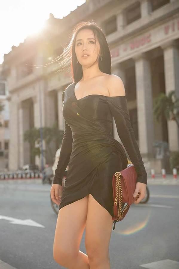 Mai Phương Thuý khoe chân dài miên man trên phố khiến fans ngây ngất-4