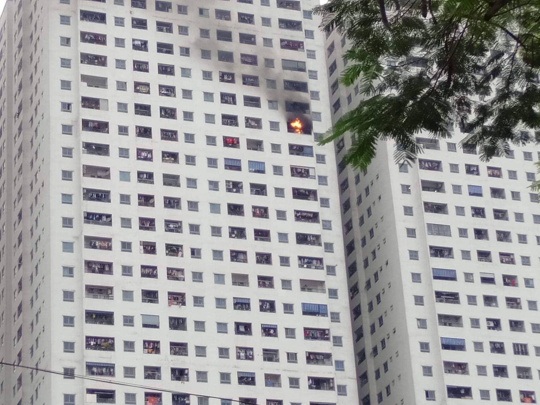 Cháy tại tầng 32 chung cư HH Linh Đàm, khói đen bốc nghi ngút khiến nhiều người hoảng sợ-1