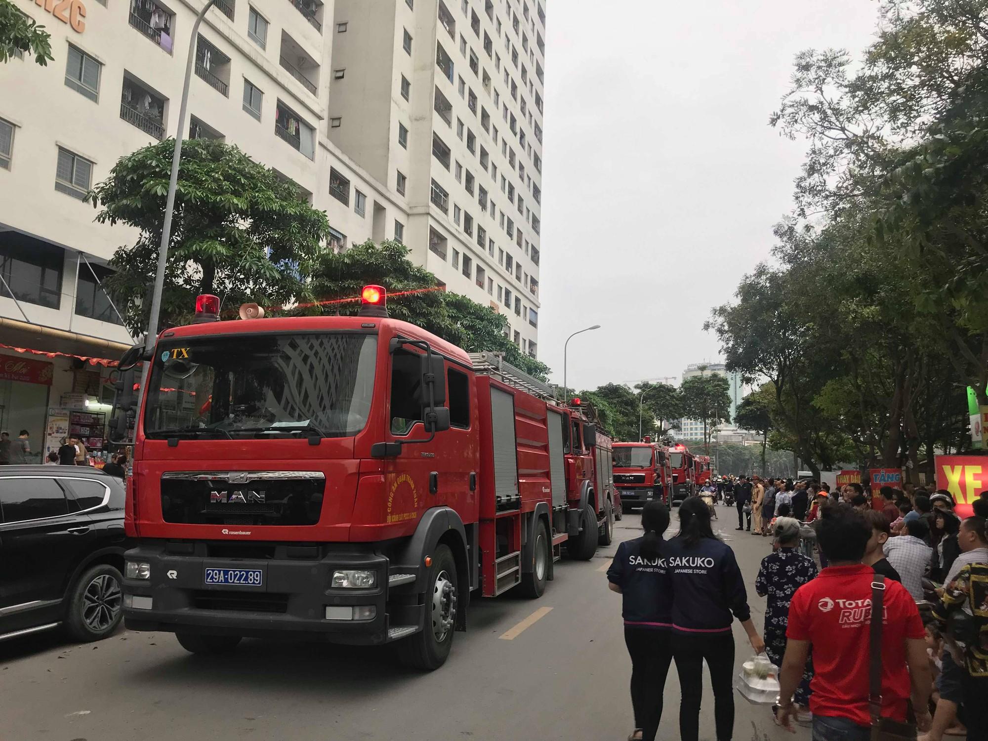 Cháy tại tầng 32 chung cư HH Linh Đàm, khói đen bốc nghi ngút khiến nhiều người hoảng sợ-2