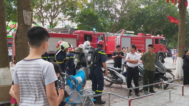 Cháy tại tầng 32 chung cư HH Linh Đàm, khói đen bốc nghi ngút khiến nhiều người hoảng sợ-5
