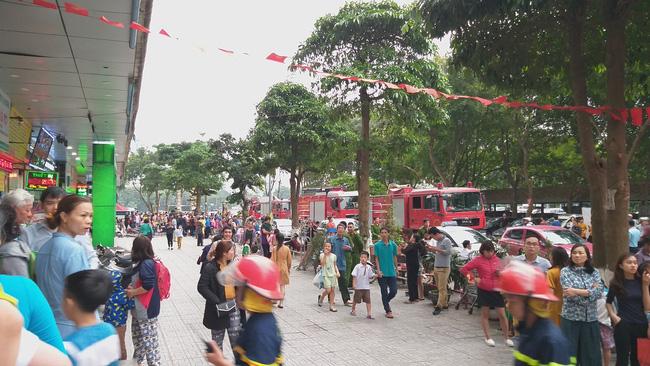 Cháy tại tầng 32 chung cư HH Linh Đàm, khói đen bốc nghi ngút khiến nhiều người hoảng sợ-7