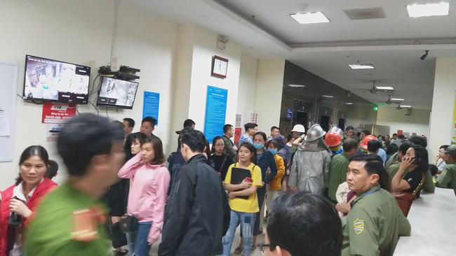 Cháy tại tầng 32 chung cư HH Linh Đàm, khói đen bốc nghi ngút khiến nhiều người hoảng sợ-8