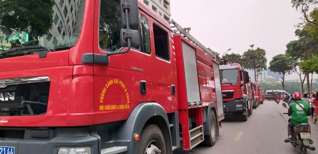 Cháy tại tầng 32 chung cư HH Linh Đàm, khói đen bốc nghi ngút khiến nhiều người hoảng sợ-11