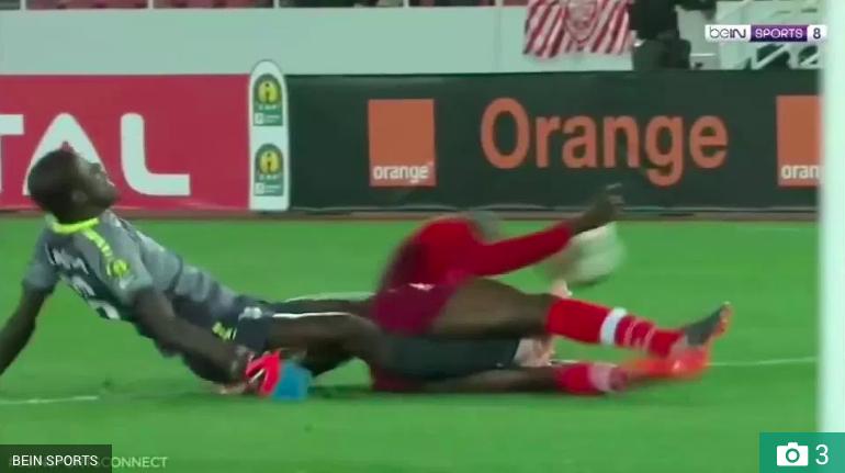 Sốc: Trọng tài bật khóc sau khi chứng kiến thủ môn gãy chân rùng rợn-1