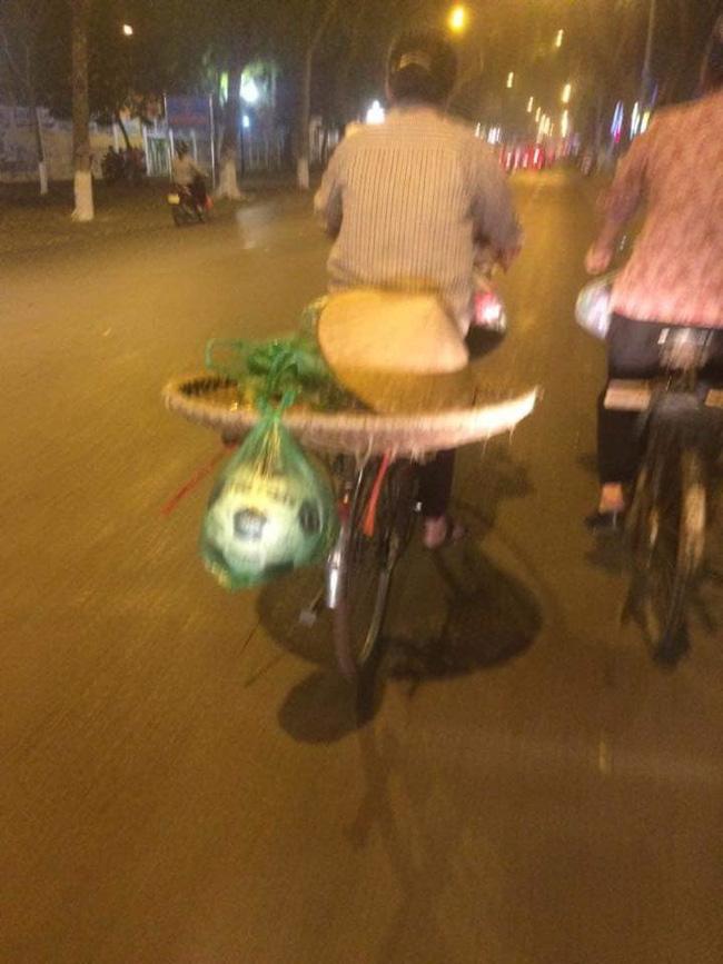 Chiếc xe đạp của người mẹ bán hàng rong cùng món quà buộc lủng lẳng đằng sau khiến nhiều người xúc động-1