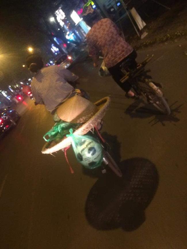 Chiếc xe đạp của người mẹ bán hàng rong cùng món quà buộc lủng lẳng đằng sau khiến nhiều người xúc động-2