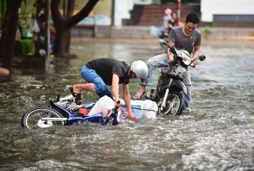 Người Sài Gòn ngã nhào trong mưa ngập đầu mùa-1
