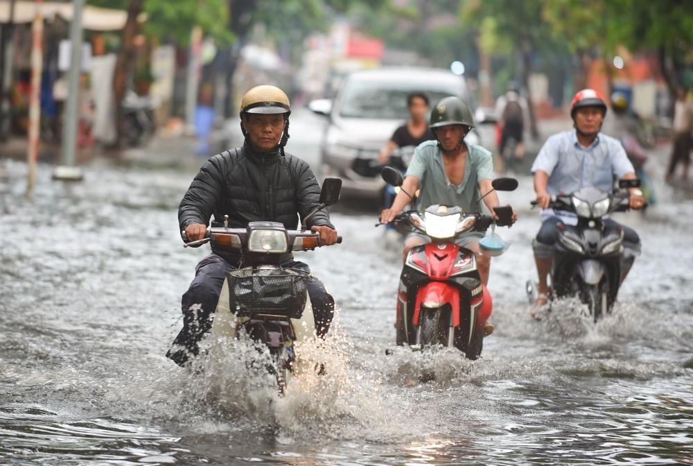 Người Sài Gòn ngã nhào trong mưa ngập đầu mùa-2