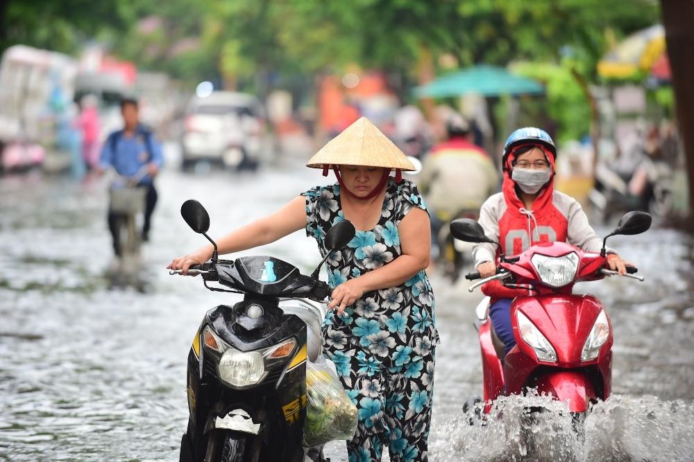 Người Sài Gòn ngã nhào trong mưa ngập đầu mùa-3
