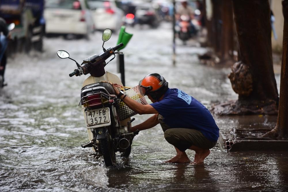 Người Sài Gòn ngã nhào trong mưa ngập đầu mùa-4