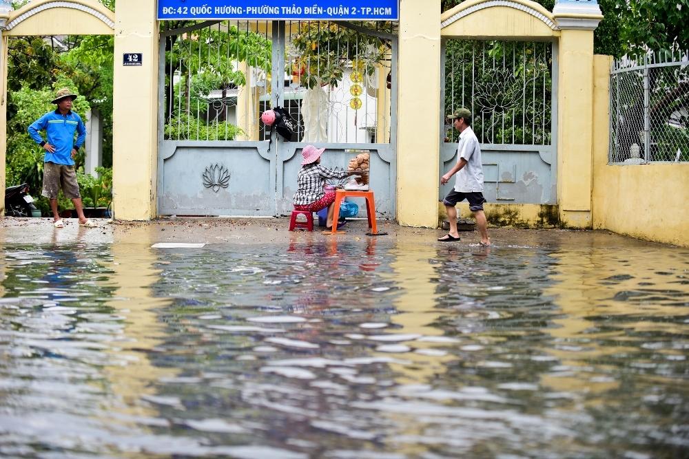 Người Sài Gòn ngã nhào trong mưa ngập đầu mùa-9