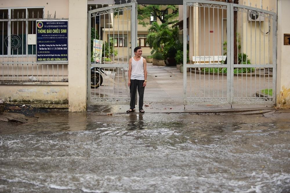 Người Sài Gòn ngã nhào trong mưa ngập đầu mùa-10