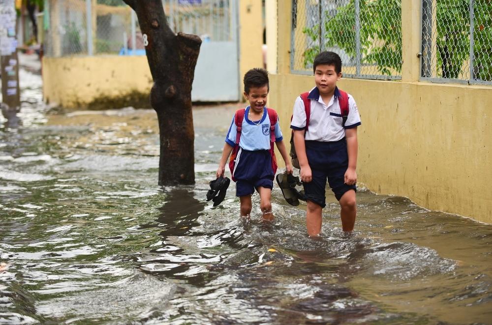 Người Sài Gòn ngã nhào trong mưa ngập đầu mùa-5