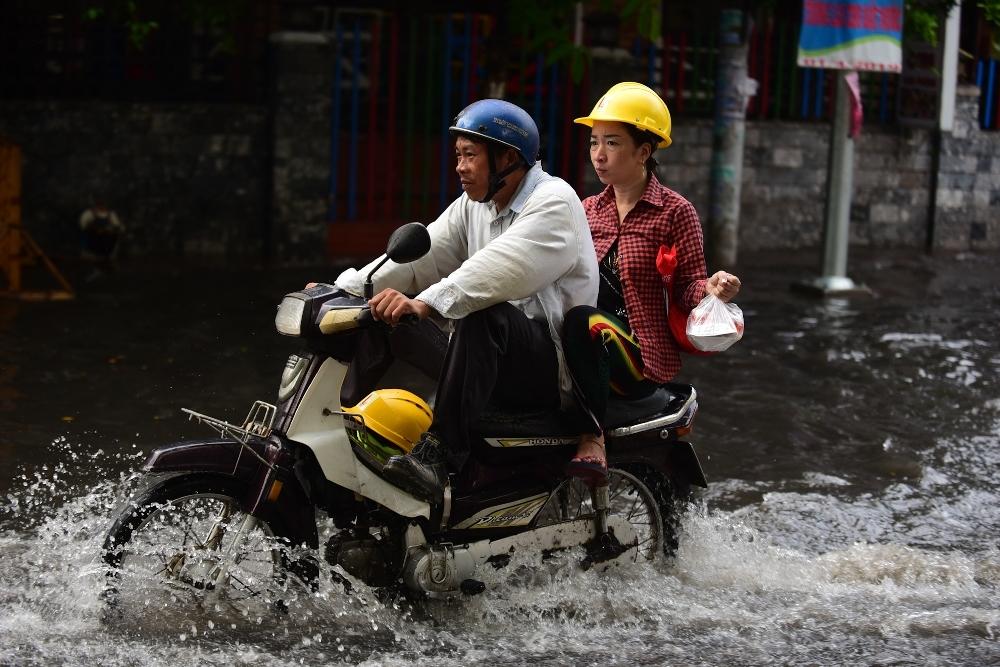 Người Sài Gòn ngã nhào trong mưa ngập đầu mùa-6