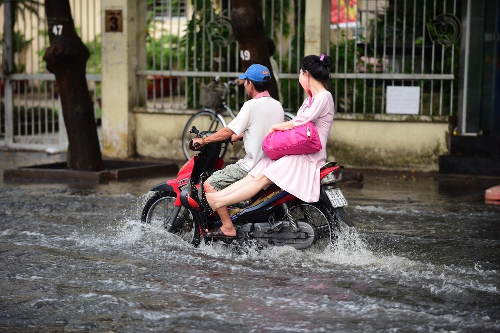 Người Sài Gòn ngã nhào trong mưa ngập đầu mùa-7