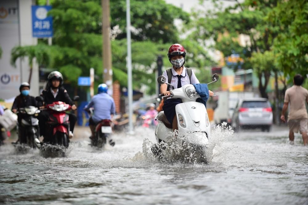 Người Sài Gòn ngã nhào trong mưa ngập đầu mùa-8