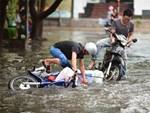 Phố Hà Nội ngập hơn 14 tiếng, cả nhà thay nhau tát nước-1