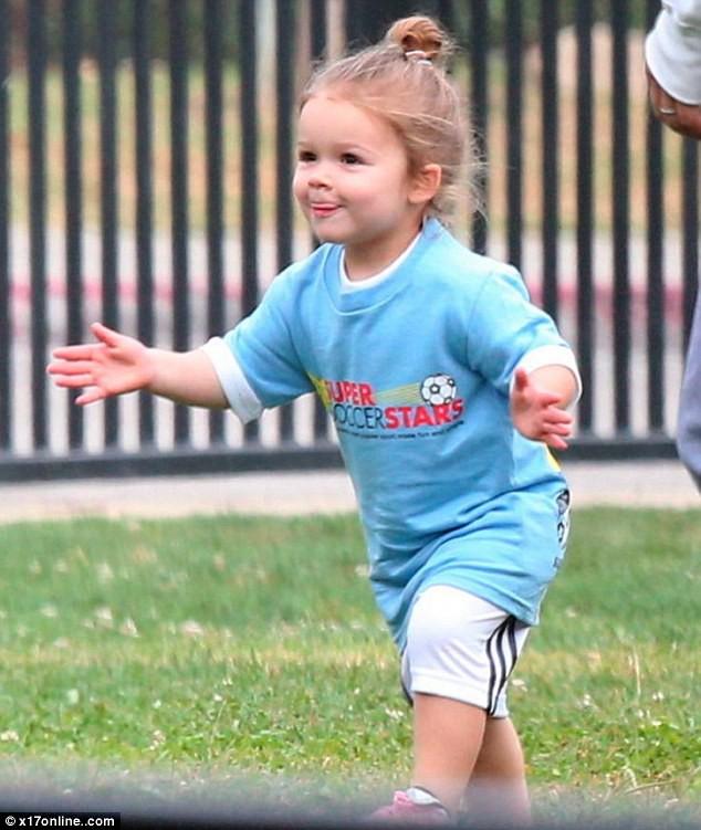 Tiểu công chúa Harper Beckham: Cuộc sống quý tộc phủ kín bằng tình thân và hàng hiệu của cô bé hạnh phúc nhất Hollywood-8