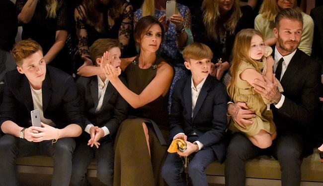 Tiểu công chúa Harper Beckham: Cuộc sống quý tộc phủ kín bằng tình thân và hàng hiệu của cô bé hạnh phúc nhất Hollywood-14