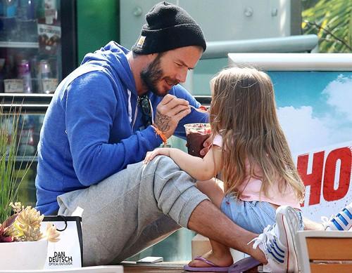 Tiểu công chúa Harper Beckham: Cuộc sống quý tộc phủ kín bằng tình thân và hàng hiệu của cô bé hạnh phúc nhất Hollywood-7