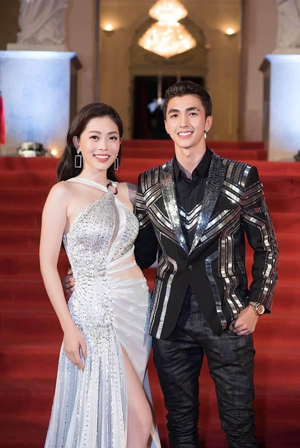 Á hậu Phương Nga mặc váy xẻ gợi cảm, tình tứ bên bạn trai Bình An trên thảm đỏ-2