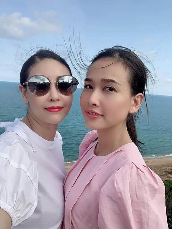 Á hậu Phương Nga mặc váy xẻ gợi cảm, tình tứ bên bạn trai Bình An trên thảm đỏ-11