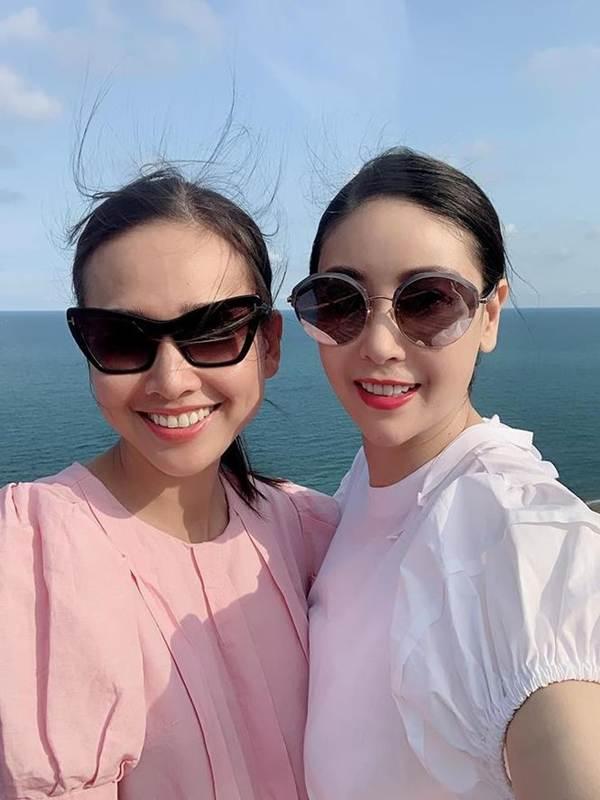Á hậu Phương Nga mặc váy xẻ gợi cảm, tình tứ bên bạn trai Bình An trên thảm đỏ-13
