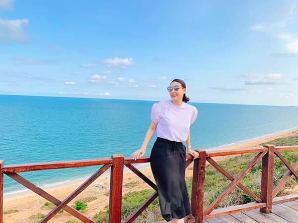 Á hậu Phương Nga mặc váy xẻ gợi cảm, tình tứ bên bạn trai Bình An trên thảm đỏ-14