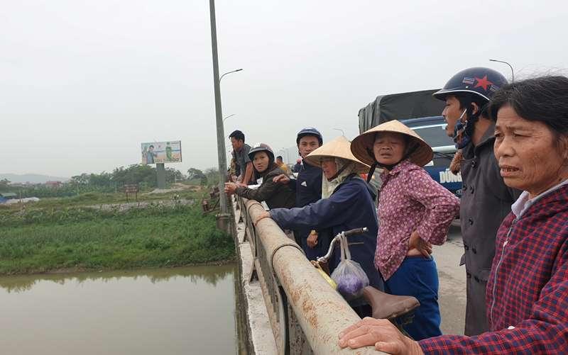 Ôm con nhỏ 1 tuổi bất lực nhìn vợ nhảy cầu ở Thanh Hóa-1