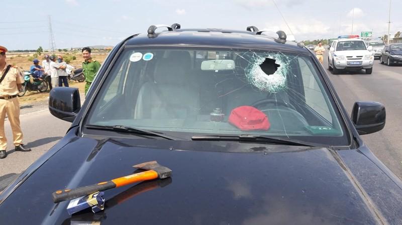 Tài xế dùng rìu chém người, ép ngã 2 cảnh sát giao thông-6