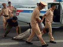 Đại úy CSGT bị lái xe bán tải chèn ngã lúc truy đuổi đang nguy kịch, bị gãy nhiều xương