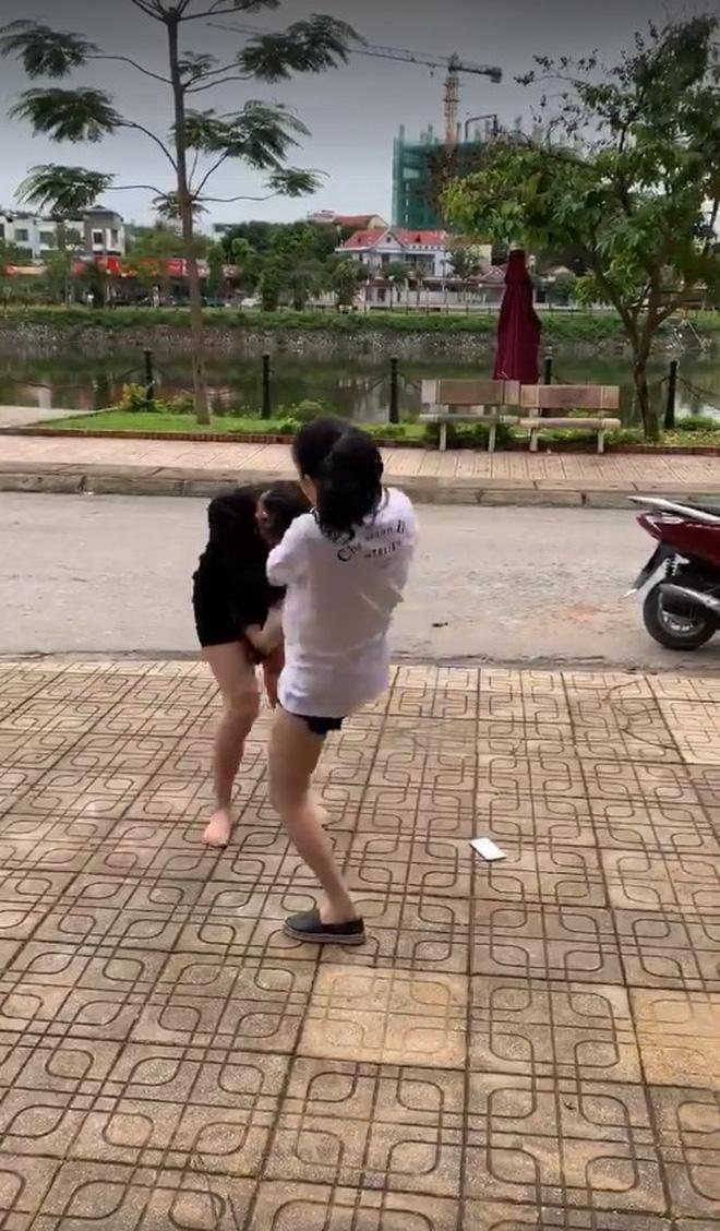 Cô gái bị đánh ghen, ôm mặt giải thích em không biết chồng chị càng bị đánh đau-3