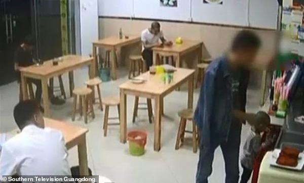Xót xa cảnh con gái chạy theo gào khóc khi bị bố cắm ở lại quán ăn-1