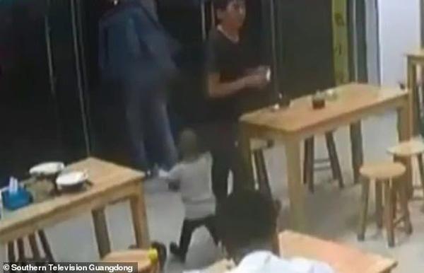 Xót xa cảnh con gái chạy theo gào khóc khi bị bố cắm ở lại quán ăn-2