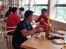HLV Hoàng Anh Tuấn tranh thủ giờ nghỉ trưa bàn