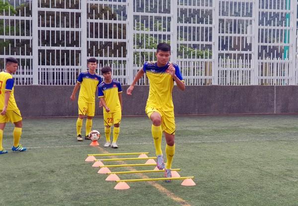 HLV Hoàng Anh Tuấn tranh thủ giờ nghỉ trưa bàn kế sách cho U18 Việt Nam trước ngày ra mắt-1