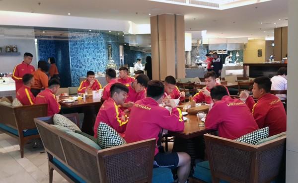 HLV Hoàng Anh Tuấn tranh thủ giờ nghỉ trưa bàn kế sách cho U18 Việt Nam trước ngày ra mắt-3
