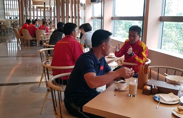 HLV Hoàng Anh Tuấn tranh thủ giờ nghỉ trưa bàn kế sách cho U18 Việt Nam trước ngày ra mắt-4