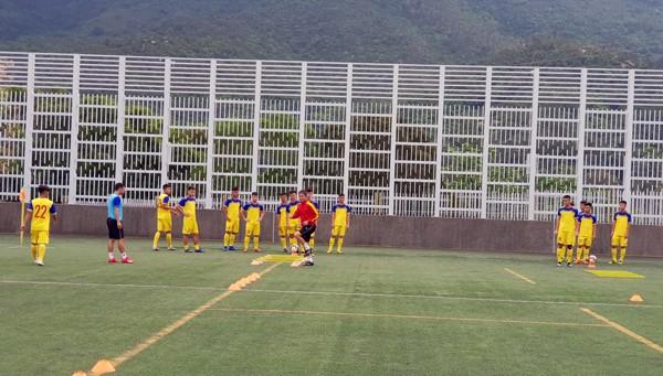 HLV Hoàng Anh Tuấn tranh thủ giờ nghỉ trưa bàn kế sách cho U18 Việt Nam trước ngày ra mắt-8