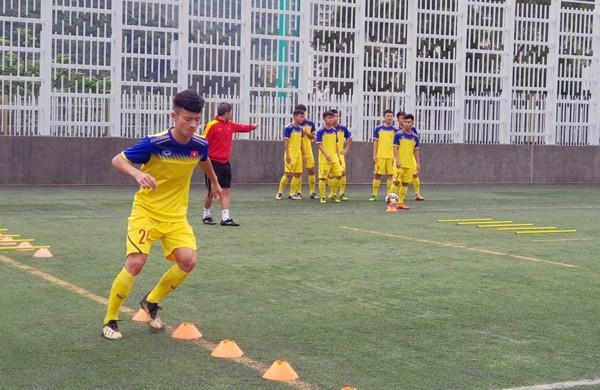 HLV Hoàng Anh Tuấn tranh thủ giờ nghỉ trưa bàn kế sách cho U18 Việt Nam trước ngày ra mắt-5