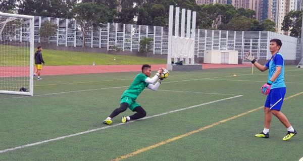 HLV Hoàng Anh Tuấn tranh thủ giờ nghỉ trưa bàn kế sách cho U18 Việt Nam trước ngày ra mắt-6
